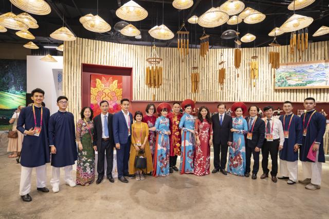 Thứ trưởng Tạ Quang Đông chụp ảnh lưu niệm cùng các nghệ sỹ và cán bộ nhân viên Nhà Triển lãm.