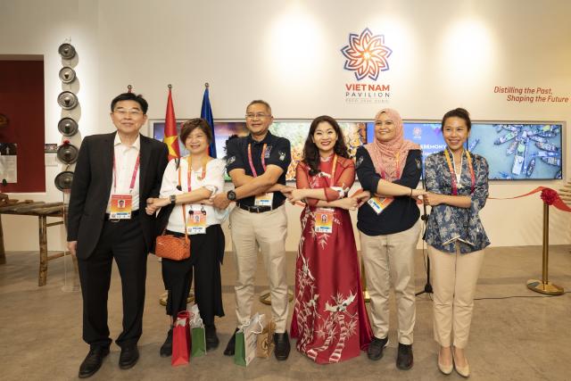 Bạn bè ASEAN chung vui cùng Nhà Triển lãm Việt Nam.