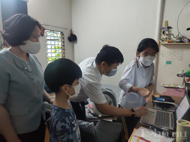 Đoàn công tác, cùng các nhà tài trợ đã tặng quà và hướng dẫn các em sử dụng máy tính xách tay hiệu quả, an toàn