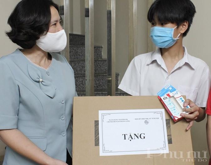 Đồng chí Lê Kim Anh, Chủ tịch Hội LHPN Hà Nội trao tặng máy tính xách tay cho em