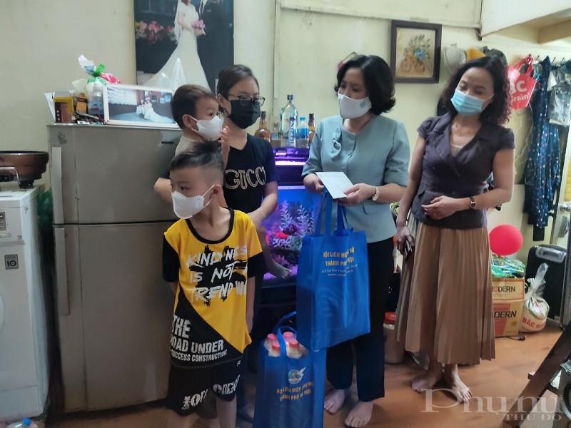 Thay mặt đoàn công tác Hội LHPN Hà Nội, Chủ tịch Lê Kim Anh đã tặng quà và động viên các gia đình có các cháu thuộc diện F0, F1 đã thực hiện cách ly trở về địa phương