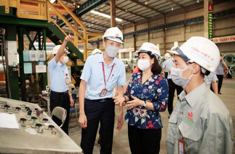 Phó Bí thư Thường trực Thành ủy Hà Nội Nguyễn Thị Tuyến thăm, động viên sản xuất và kiểm tra công tác phòng, chống dịch Covid-19 tại Công ty cổ phần Tôn mạ Vnsteel Thăng Long.
