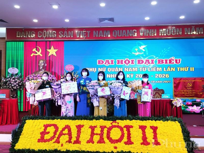 Đồng chí Lê Thị Bích Hà , Chủ tịch Hội LHPN quận Nam Từ Liêm tặng hoa chia tay các đồng chí thôi không tham gia Ban Chấp hành, nhiệm kỳ 2021- 2026
