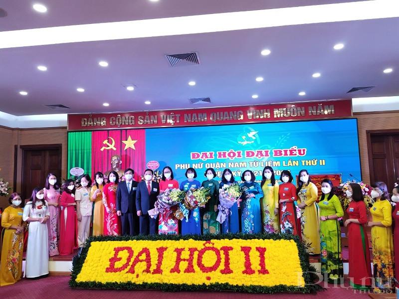 Các đồng chí lãnh đạo Hội LHPN Hà Nội, lãnh đạo quận ủy Nam Từ Liêm tặng hoa chúc mừng Ban Chấp hành Hội LHPN quận Nam Từ Liêm, nhiệm kỳ 2021 - 2026