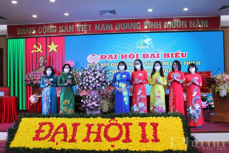 Các đồng chí Lãnh đạo Hội LHPN Hà Nội tặng hoa chúc mừng Đại hội