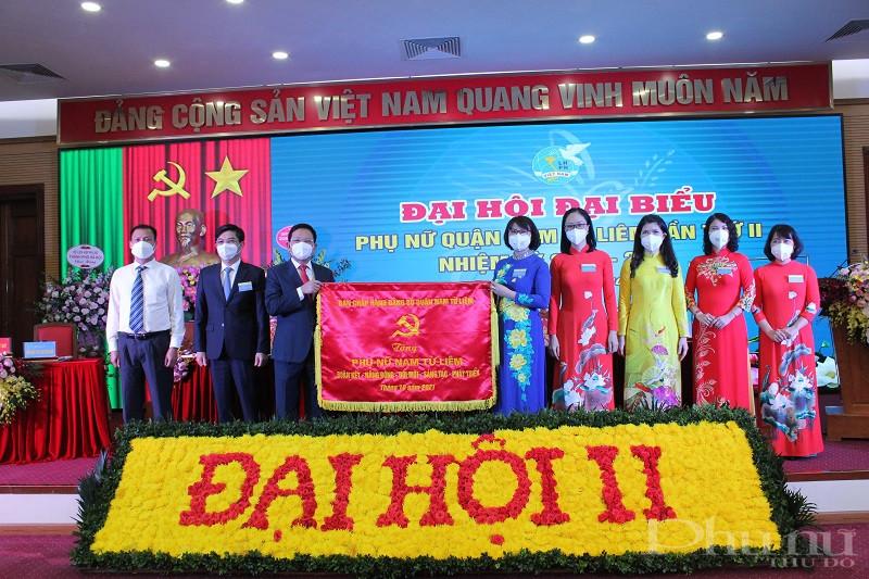 Thường trực quận ủy Nam Từ Liêm tặng bức trướng chúc mừng Đại hội