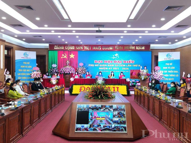 Các đại biểu biểu quyết bằng hình thức giơ tay để bầu Ban Chấp hành Hội LHPN quận, nhiệm kỳ 2021 - 2026