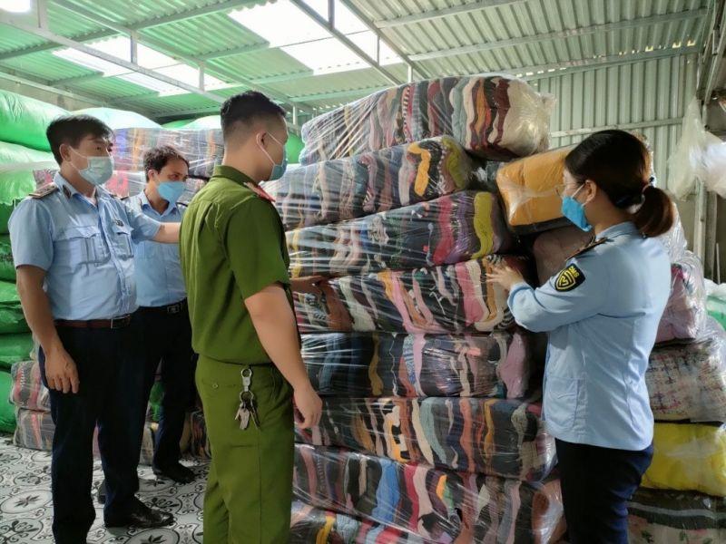 Đội QLTT số 5 đang kiểm tra hàng hoá tại cơ sở sản xuất, buôn bán hàng dệt may Hương Hiền (Tây Lương, Tiền Hải)