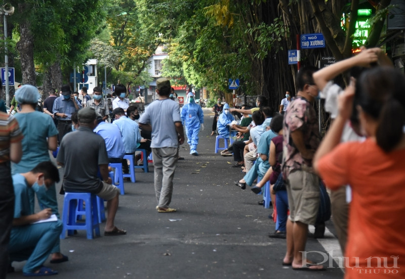 Lấy mẫu xét nghiệm cho người dân sống xung quanh khu vực bệnh viện Việt Đức.