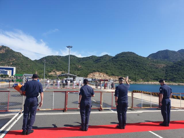 Sĩ quan tàu chào tạm biệt các sĩ quan Hải quân Việt Nam trước khi tàu lên đường.