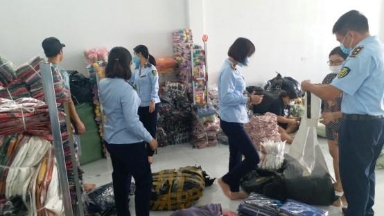 Đội QLTT số 3 đang kiểm tra tại Cửa hàng quần áo Nết Hoàng (Duyên Hải, Hưng Hà)