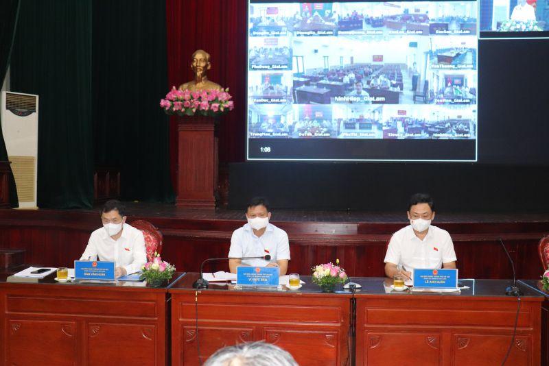 Các đại biểu HĐND TP lắng nghe ý kiến cử tri