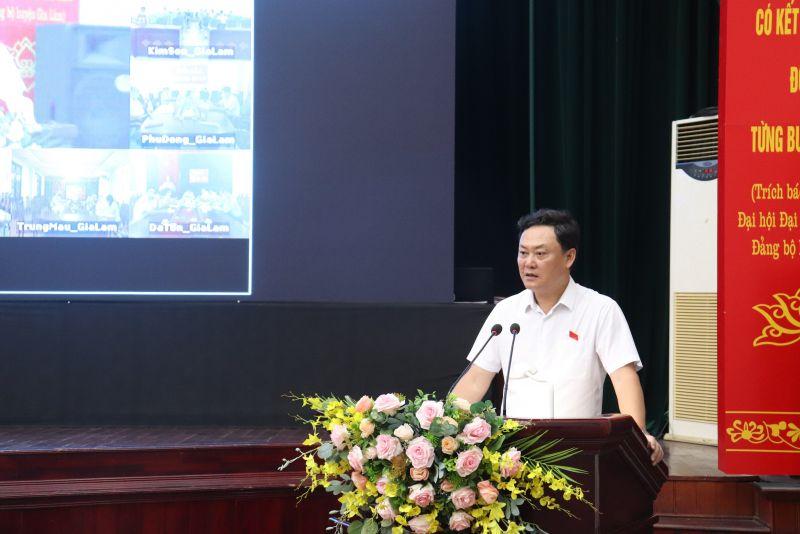 Đại biểu Lê Anh Quân, Bí thư Huyện ủy, Chủ tịch UBND huyện Gia Lâm báo cáo