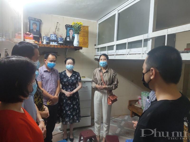 Các đại biểu đến dự buổi ban giao công trình sửa chữa nhà ở cho gia đình em Dương Thị Ngọc Yến