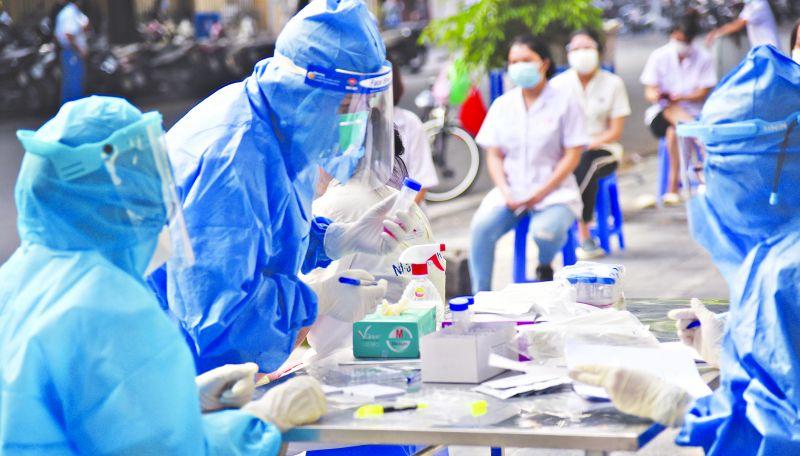 Nhân viên y tế lấy mẫu xét nghiệm sàng lọc đối tượng có nguy cơ tại bệnh viện Việt Đức.