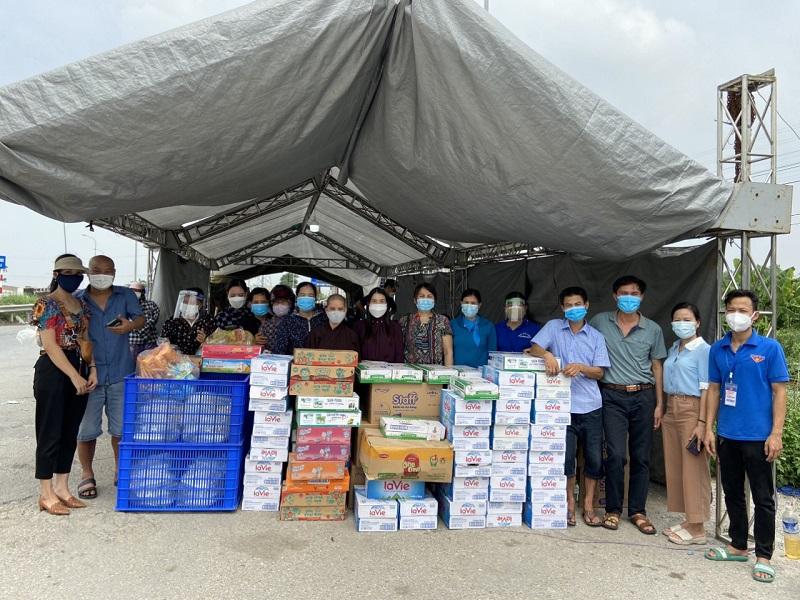 Để thực hiện tốt công tác phòng, chống dịch, huyện Phú Xuyên cũng đã cho lắp đặt hàng trăm m2 lều bạt cho bà con nghỉ ngơi trong lúc thực hiện khai báo y tế