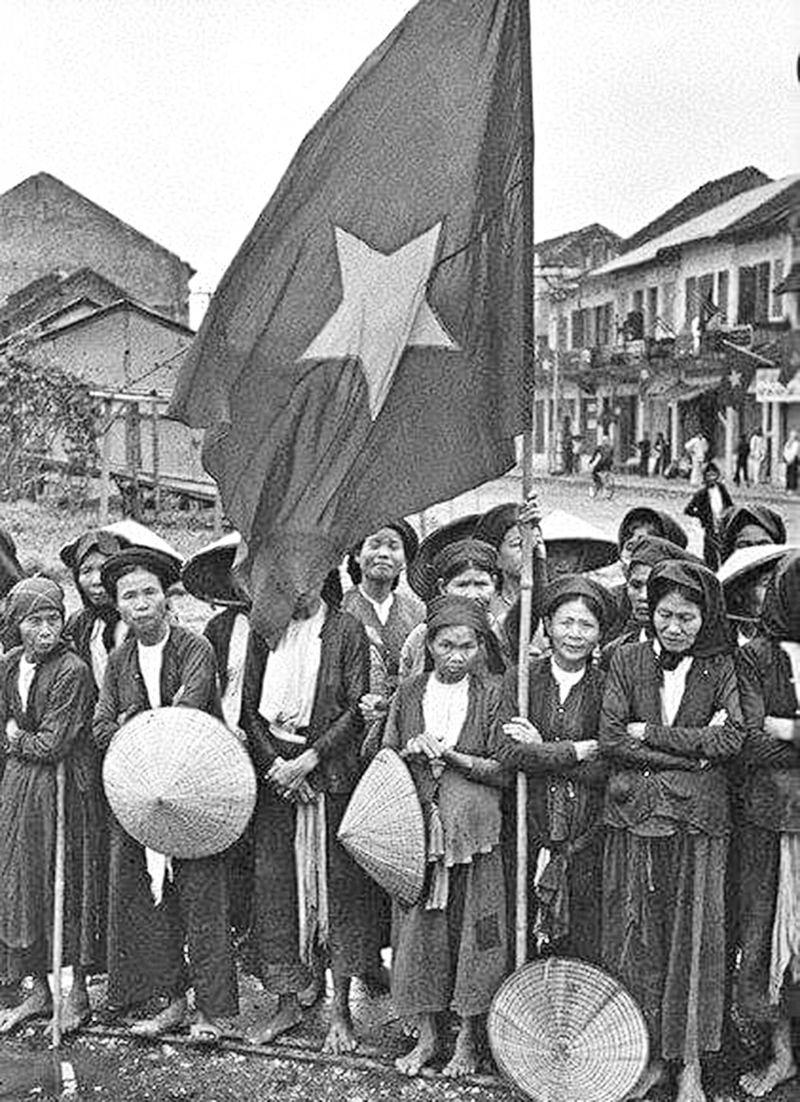Cụ Nguyễn Thị Hiểu (tay ôm cờ, đứng hàng đầu) cùng thanh niên, phụ nữ Tam Khương trong ngày tiếp quản Thủ đô năm 1964 (Ảnh tư liệu)