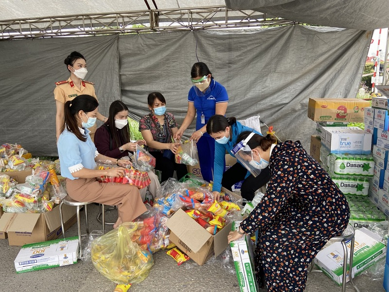 Từ đêm ngày 4/10/2021, tại chốt kiểm soát ngã ba Cầu Giẽ, xã Châu Can, huyện Phú Xuyên đã có hàng nghìn người dân đi từ các tỉnh, thành phía Nam về tới địa bàn để đi các tỉnh phía Bắc