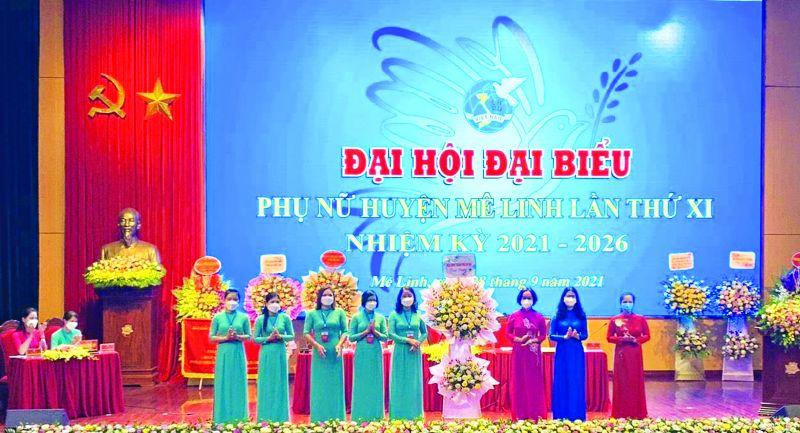 Đồng chí Phạm Thị Thanh Hương - Phó Chủ tịch Hội LHPN Hà Nội cùng các đồng chí trong tổ công tác chỉ đạo Đại hội tặng hoa chúc mừng Đại hội Đại biểu Phụ nữ huyện Mê Linh