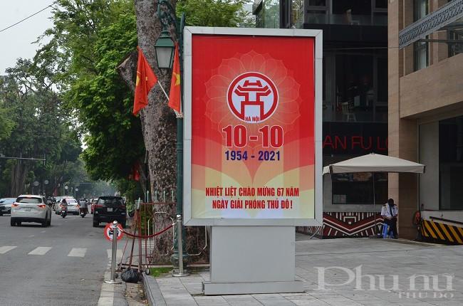 Tấm panô trên các con đường, tuyến phố TP Hà Nội với nội dung hướng về ngày lễ kỷ niệm 67 năm giải phóng Thủ đô