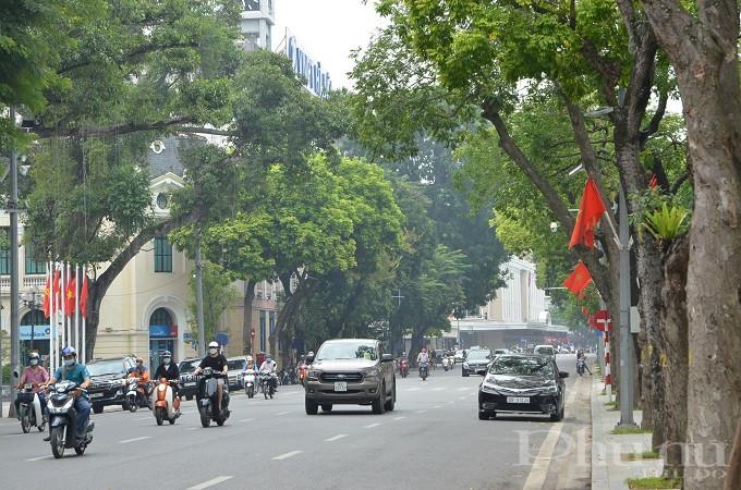 Bờ hồ Hoàn Kiếm cũng treo cờ , áp phích trang trí