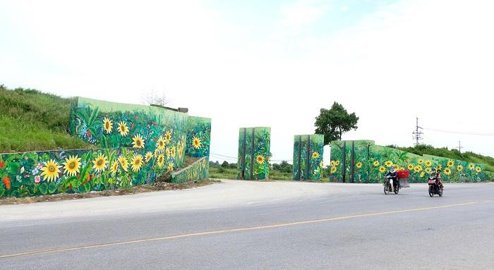 Con đường bích họa rực rỡ màu sắc tô điểm cho vẻ đẹp nông thôn mới huyện Phúc Thọ (Ảnh: LN)