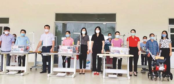Với những chiếc máy may công nghiệp các hội viên phụ nữ xã LệChi, huyện Gia Lâm đã có thu nhập ổn định, thoát nghèo