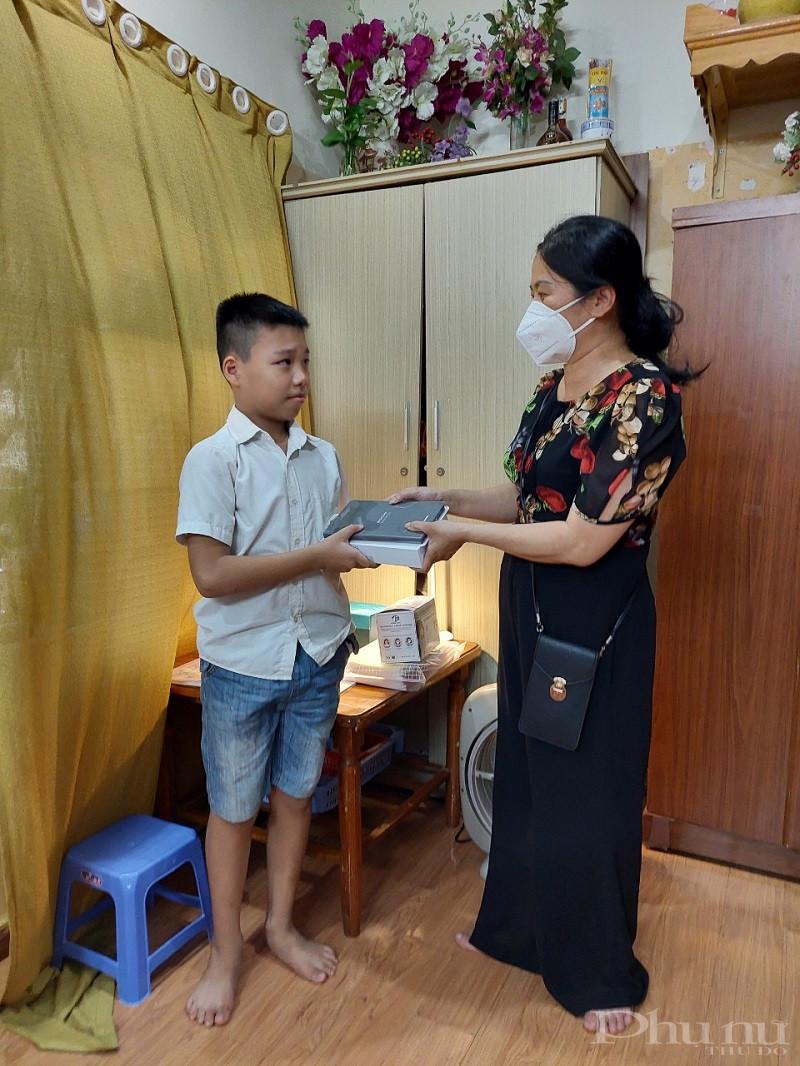 Đồng chí Phó Chủ tịch Hội LHPN quận Đống Đa trao tặng máy tính bảng cho em