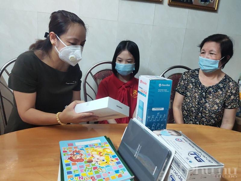 Đồng chí Nguyễn Lan Hương - Chủ tịch Hội LHPN quận Đống Đa hướng dẫn em sử dụng máy tính bảng an toàn hiệu quả