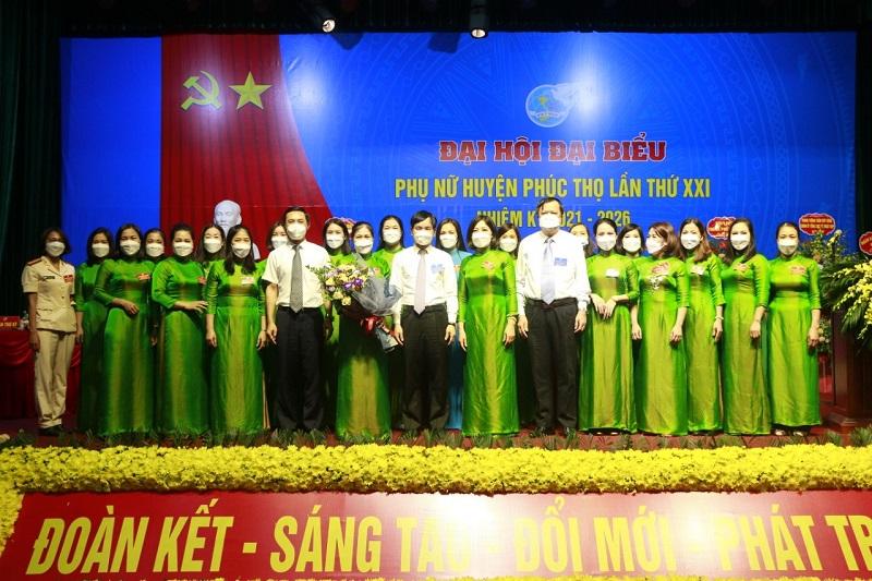 Các đồng chí lãnh đạo Huyện ủy tặng hoa chúc mừng Ban Chấp hành Ban Chấp hành Hội LHPN huyện Phúc Thọ nhiệm kỳ 2021 – 2026