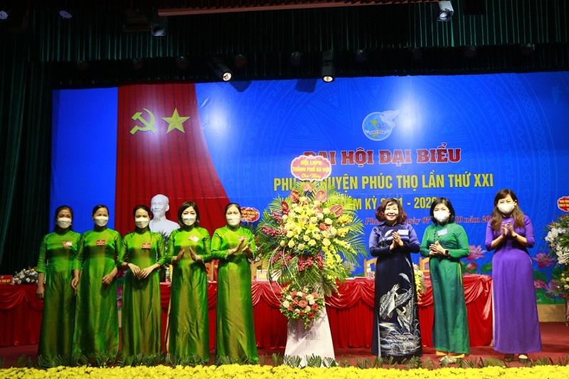 Đồng chí Lê Thị Thiên Hương, Phó Chủ tịc Hội LHPN Hà Nội cùng tổ công tác chỉ đạo Đại hội của Hội LHPN Hà Nội tặng hoa Đại hội đại biểu phụ nữ huyện Phúc Thọ