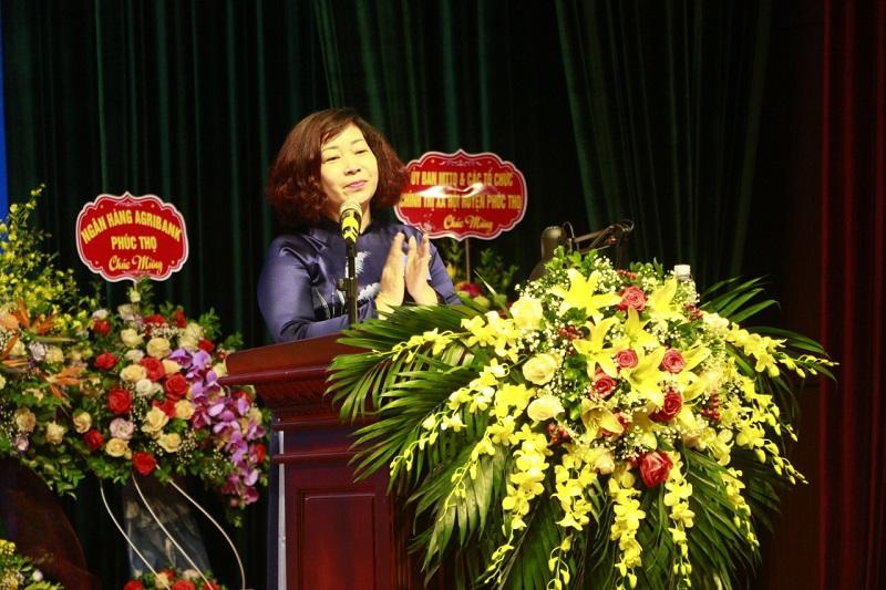 Đồng chí Lê Thị Thiên Hương, Phó Chủ tịch Hội LHPN Hà Nội biểu dương những kết quả đã đạt được trong phong trào phụ nữ và hoạt động của Hội LHPN huyện Phúc Thọ trong nhiệm kỳ qua