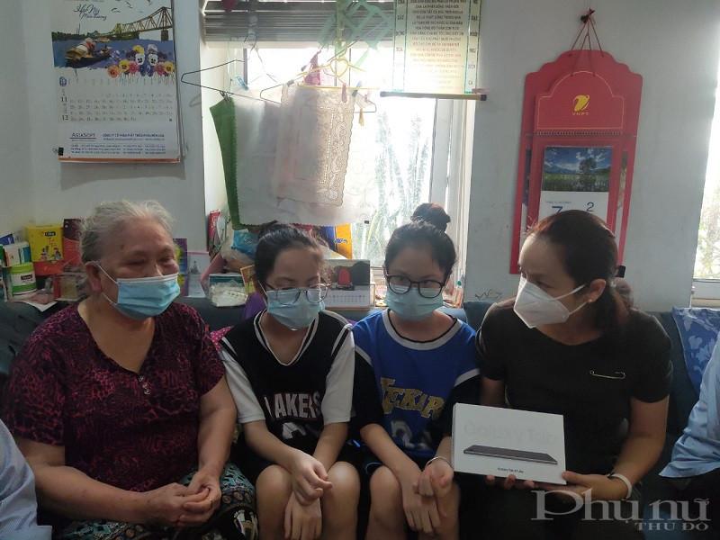 Đồng chí Nguyễn Lan Hương - Chủ tịch Hội LHPN quận Đống Đa trao tặng máy tính cho 2 chị em