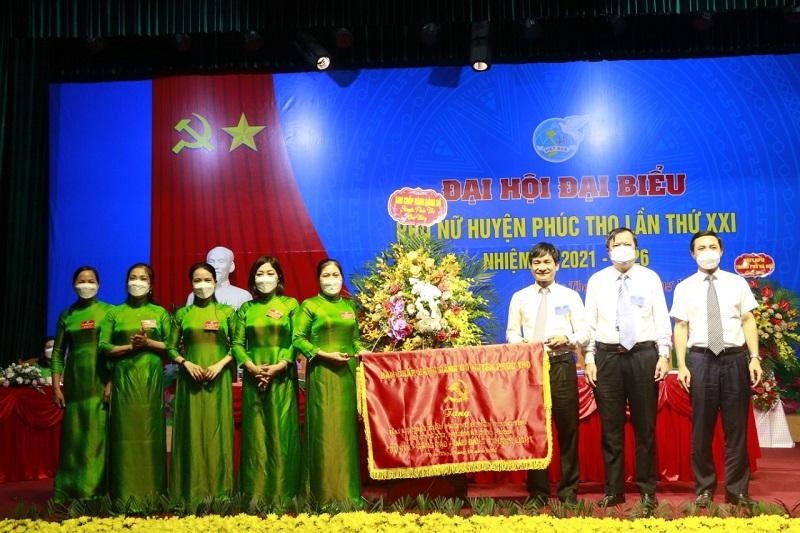 Các đồng chí Thường trực Huyện ủy  Phúc Thọ tặng bức trướng cho Đại hội