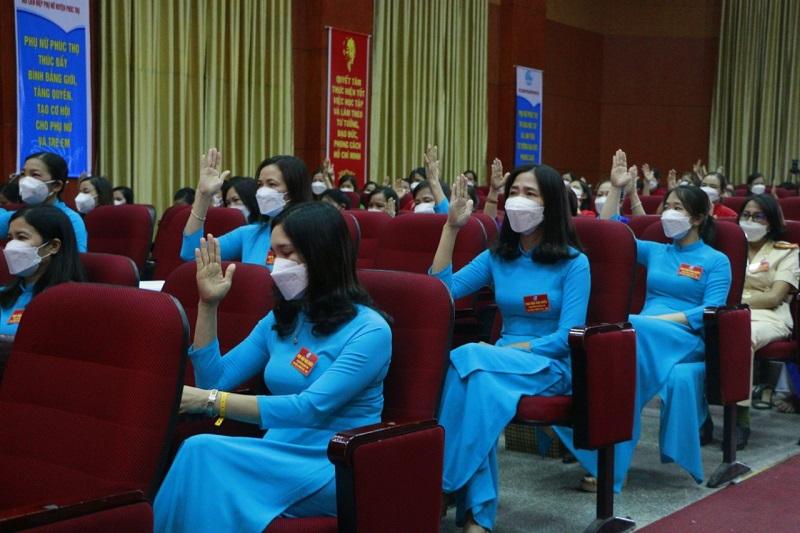 Các đại biểu dơ tay biểu quyết tại Đại hội