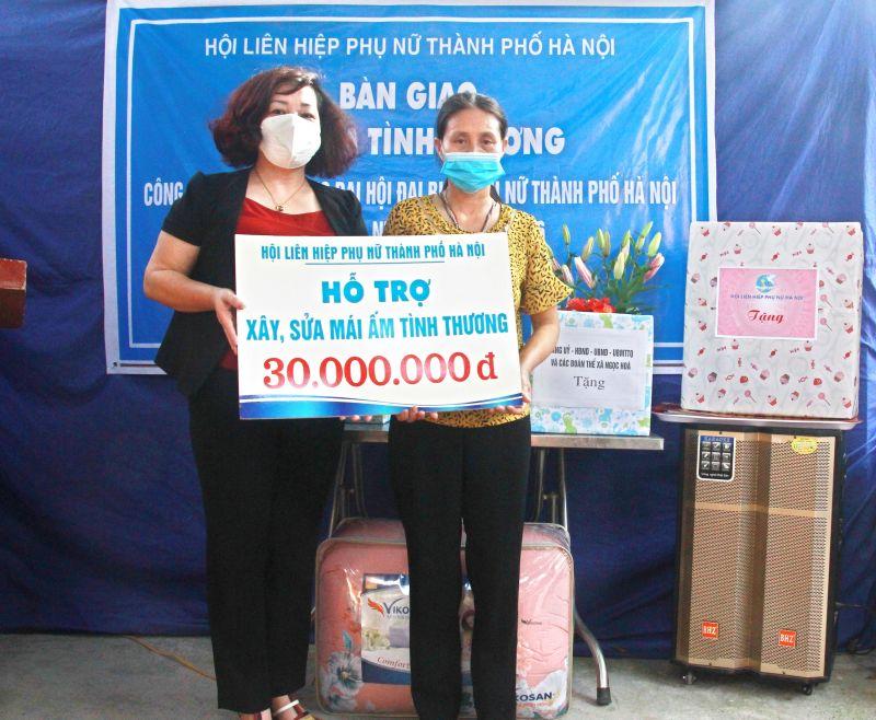 Phó Chủ tịch Hội LHPN Hà Nội Lê Thị Thiên Hương trao kinh phí hỗ trợ xây nhà  cho chị Lê Thị Ngà