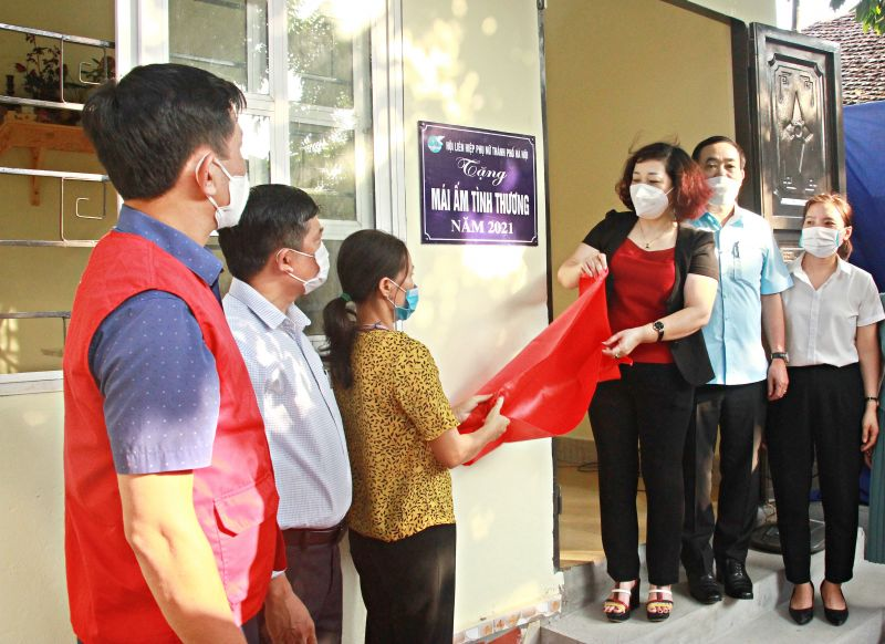 Đồng chí Lê Thị Thiên Hương- Phó Chủ tịch Hội LHPN Hà Nội và các đại biểu bàn giao Mái ấm tình thương cho chị Lê Thị Ngà