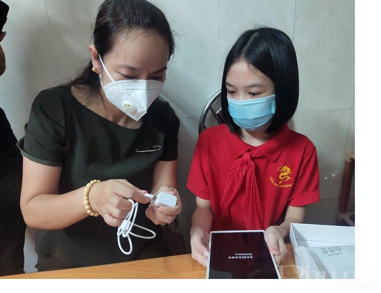 Nhận được món quà của các cô các bác trong Hội PN các em học sinh vô cùng phấn khởi và hứa sẽ cố gắng học tập thật tốt và sử dụng máy tính hiệu quả trong việc học tập