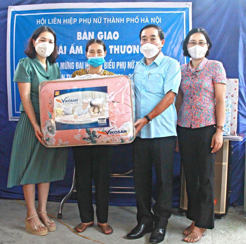 Phần quà tặng của Ban Dân vận Huyện uỷ sẽ giúp mẹ con chị Hà có thêm các đồ dùng thiết yếu cho cuộc sống