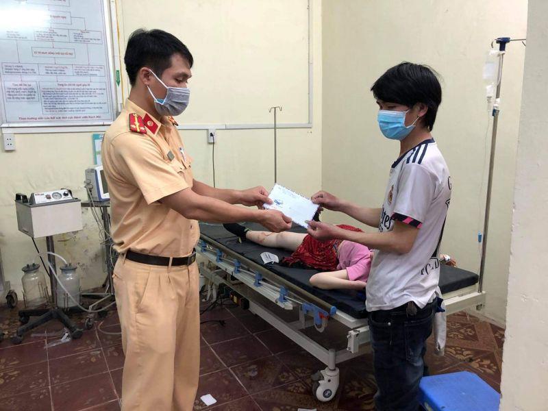 Thượng úy Hoàng Tuấn Anh, cán bộ thuộc Đội Cảnh sát giao thông số 6, Phòng Cảnh sát giao thông TP Hà Nội gửi quà tặng gia đình sản phụ sinh nở trên đường về quê tránh dịch