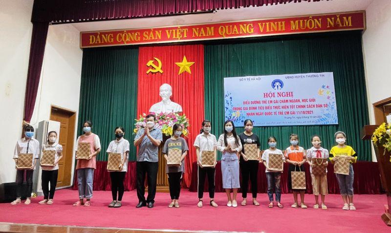 Lãnh đạo huyện Thường Tín trao thưởng trẻ em gái chăm ngoan, học giỏi trên địa bàn huyện