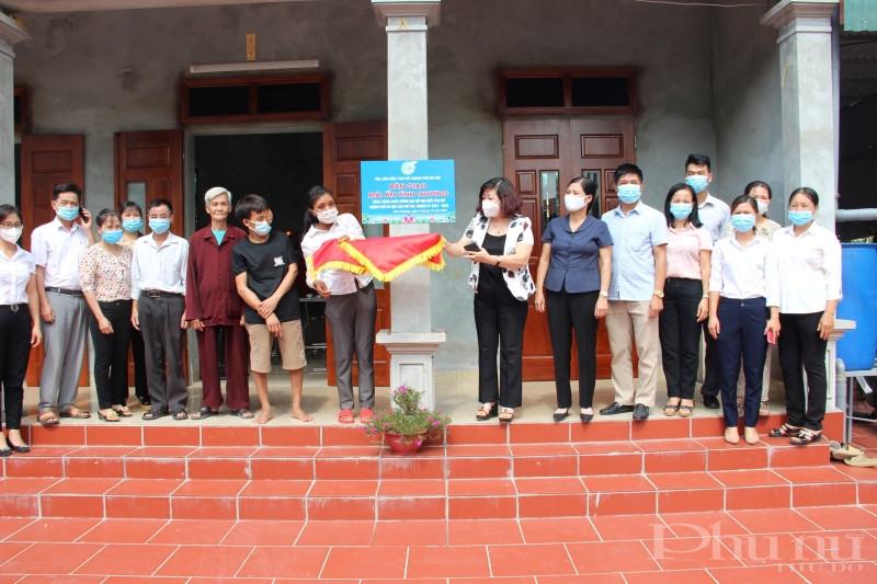 Đồng chí Lê Thị Thiên Hương - Phó Chủ tịch Hội LHPN Hà Nội và các đại biểu bàn giao nhà