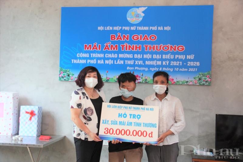 Đồng chí Lê Thị Thiên Hương trao tặng 30 triệu đồng hỗ trợ xây, sửa Mái ấm tính thương cho vợ chồng chị Thương.