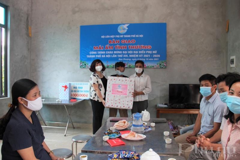 Đồng chí Lê Thị Thiên Hương thay mặt Hội LHPN Hà Nội tặng quà chúc mừng gia đình chị Phương nhân dịp tân gia.