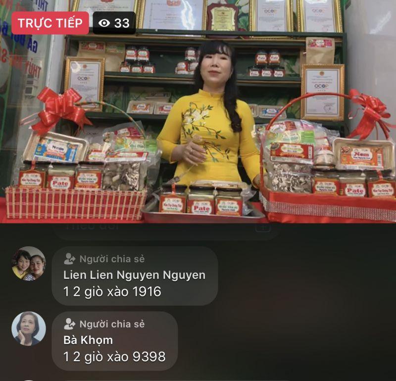Nghệ nhân Đinh Thị Hải Yến, Giám đốc công ty cổ phần thương mại chế biến thực phẩm Sạch Từ Tâm livestream quảng bá sản phẩm