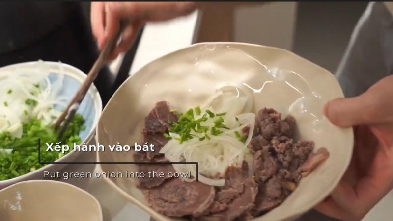 Để quảng bá cho nền ẩm thực nước nhà, tại chương trình, Food blogger Dino Vu đã hướng dẫn cách nấu phở đúng điệu tại nhà