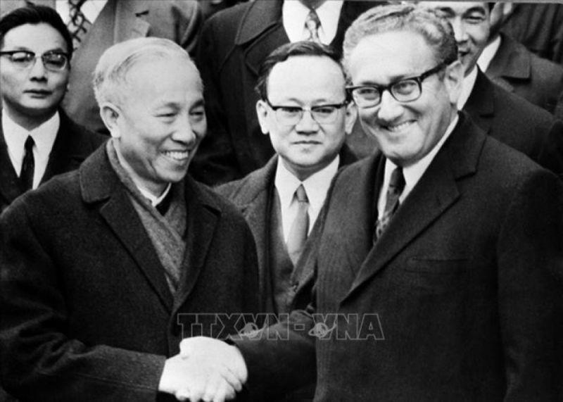 Ông Lê Đức Thọ và Tiến sĩ Henry Kissinger chúc mừng nhau sau lễ ký tắt Hiệp định Paris. (Ảnh: TTXVN)
