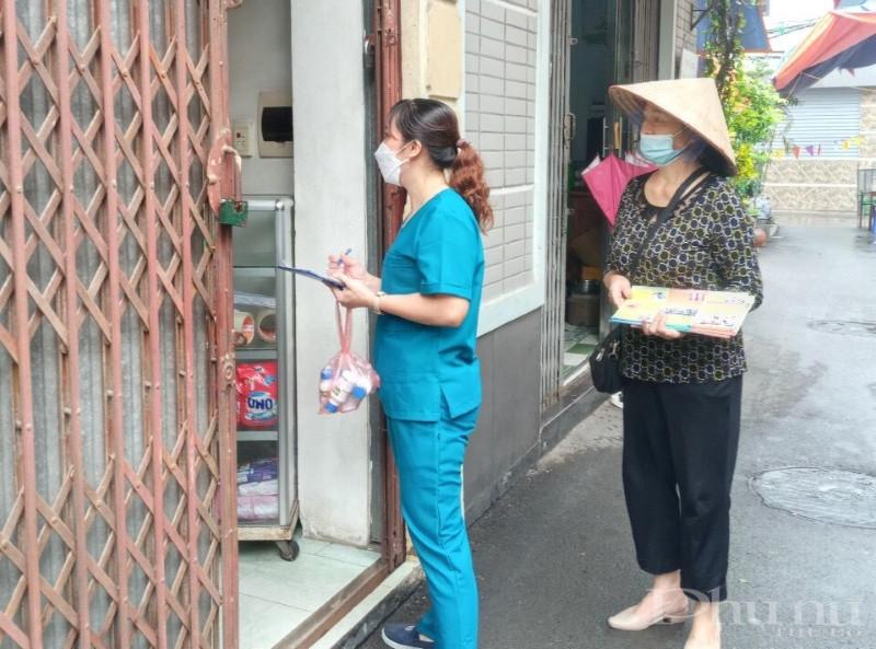 Song song với dọn dẹp, vệ sinh môi trường, hội viên phụ nữ còn kết hợp với lực lượng y tế đến từng nhà phát tờ rơi, tuyên truyền phòng dịch sốt xuất huyết.