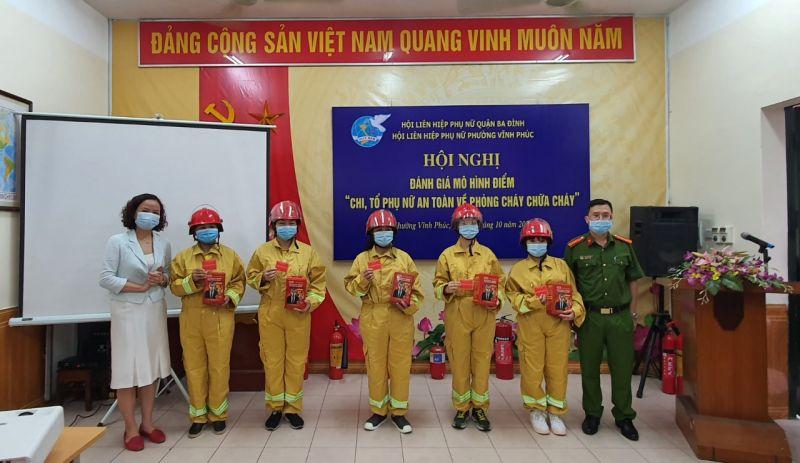 Đồng chí Đinh Thị Phương Liên- Chủ tịch Hội LHPN quận Long Biên trao tặng