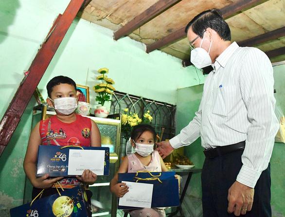 Chủ tịch UBND TP Hồ Chí Minh Phan Văn Mãi hỏi thăm, tặng quà 2 cháu có mẹ mất do COVID-19
